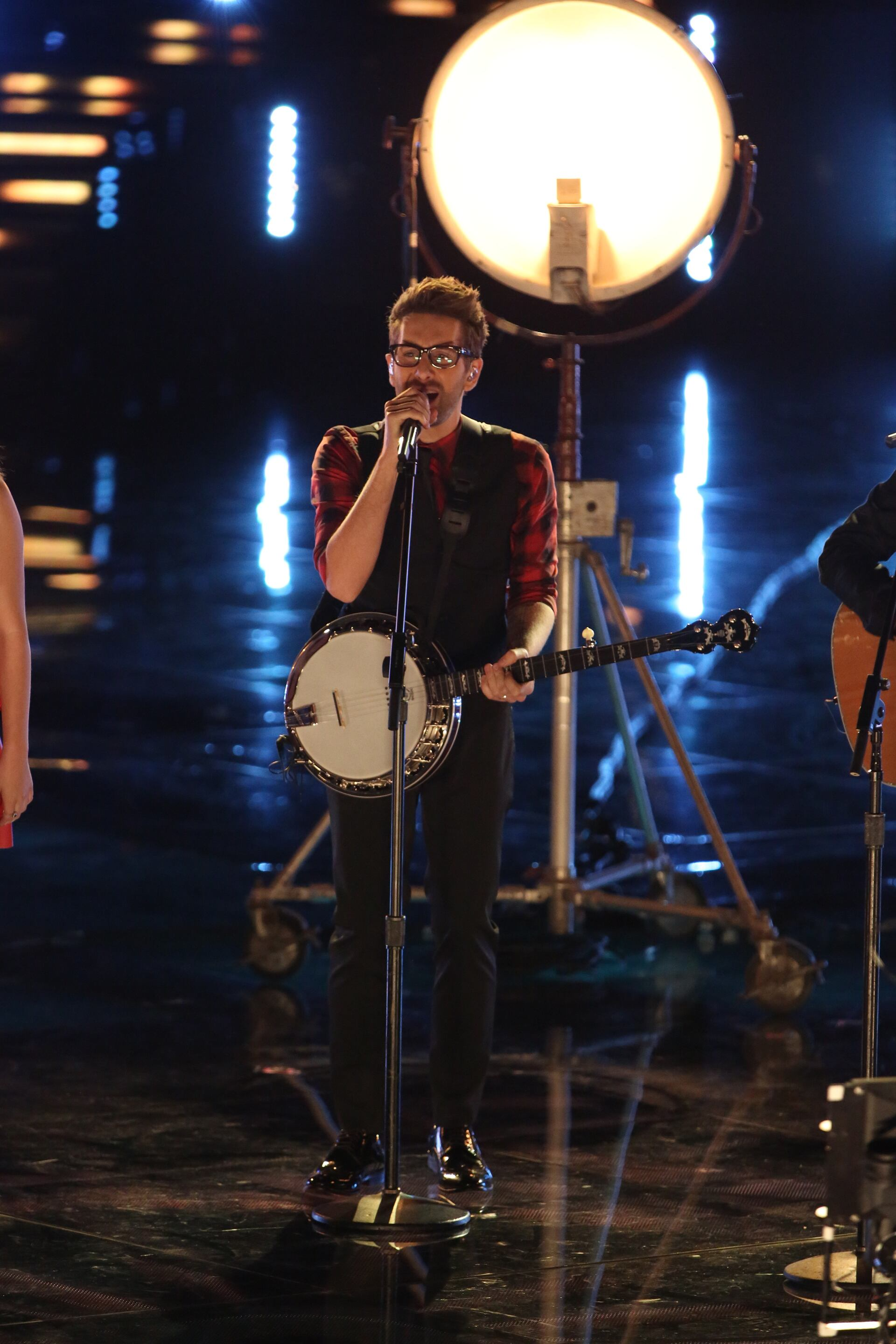 """Returning to the stage for the results the next night, Will brought back some fellow contestants to sing the folk-country hit """"Wagon Wheel,"""" and joined the rest of the Top 20 for """"Tonight Is the Night."""""""