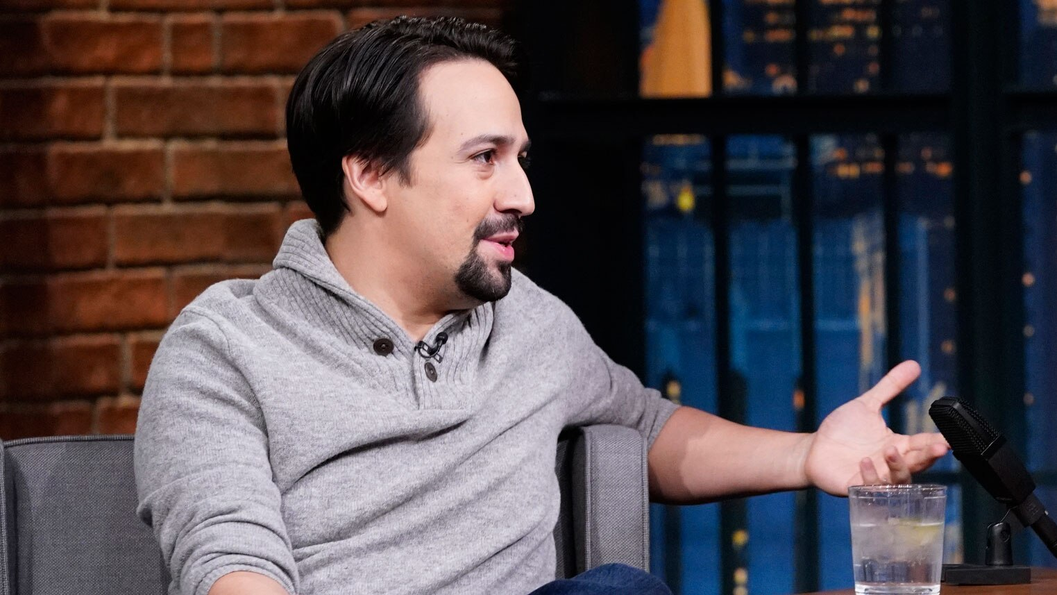 watch late night with seth meyers interview lin manuel miranda on rehearsing for hamilton 39 s. Black Bedroom Furniture Sets. Home Design Ideas