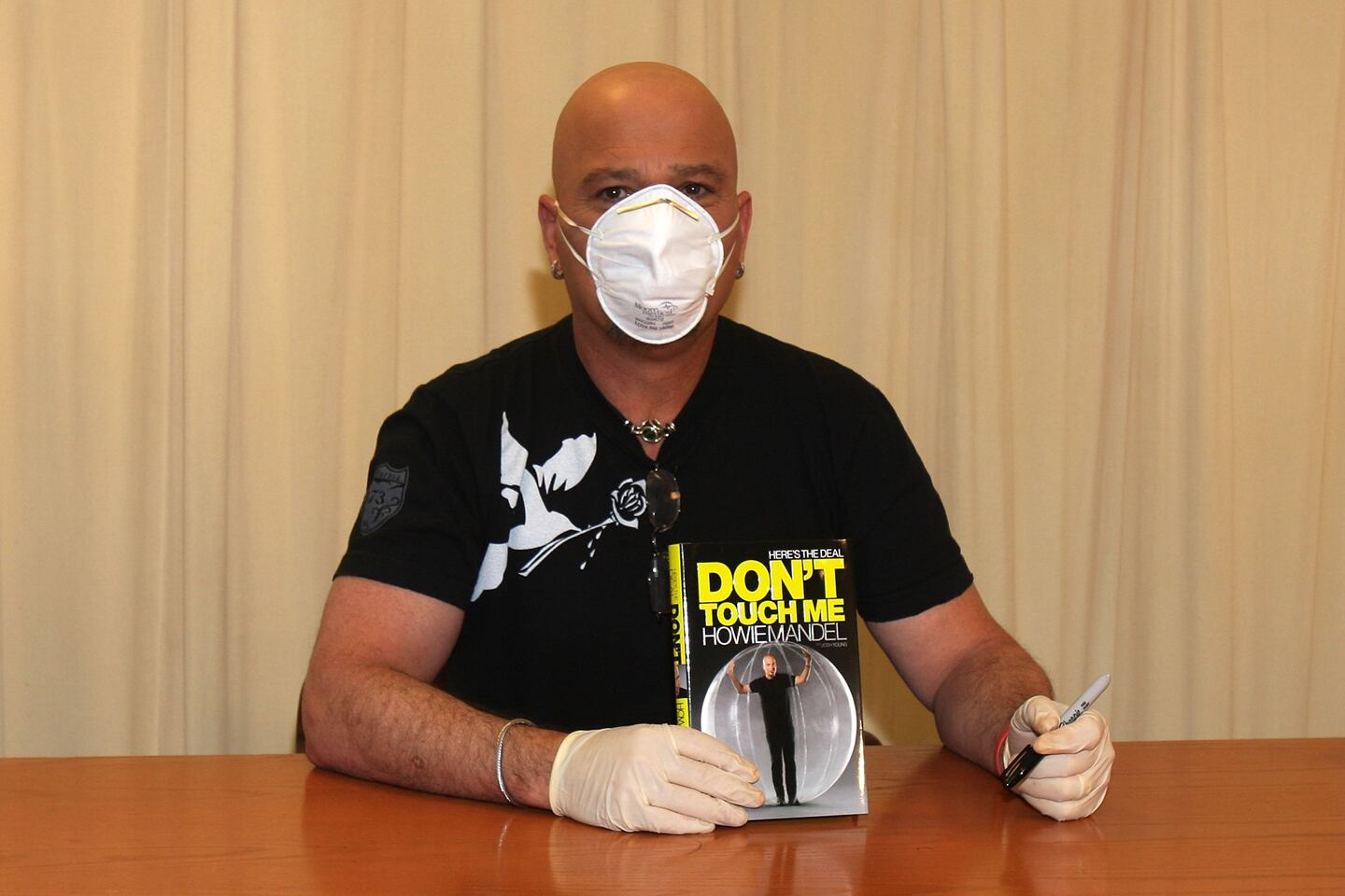 """Howie Mandel Signs """"Here's The Deal: Don't Touch Me"""""""